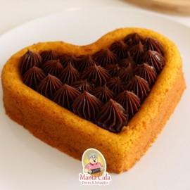 Bolo de cenoura e chocolate em formato coração 500 gramas.