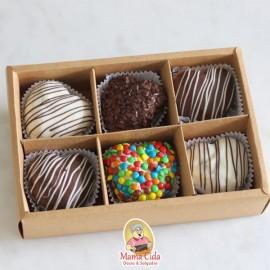 Caixa com 6 mini bolos coração.